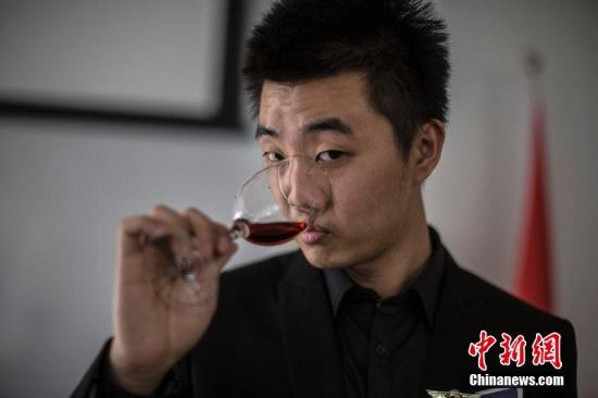 资料图片:喝红酒。张由琼 摄 图片来源:CFP视觉中国