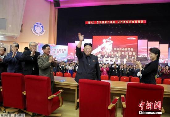 资料图:2018-06-25,据朝中社报道,朝鲜领导人金正恩携妻子李雪主参加第9届全国艺术家大会,并现场观看牡丹峰乐团的演出。