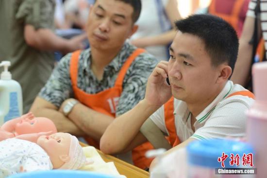 """湖南省儿童医院首季""""超级奶爸""""训练营正式开训,40名""""菜鸟""""奶爸现场�逄�百出。资料图。 杨华峰 摄"""