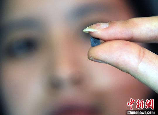 5月23日,在南京举办的第五届中国卫星导航技术与应用成果展上,参展商泰斗微电子科技有限公司员工向观众展示该公司研发的迄今体积最小的北斗芯片。<a target='_blank' href='http://www.chinanews.com/'>中新社</a>发 孙自法 摄