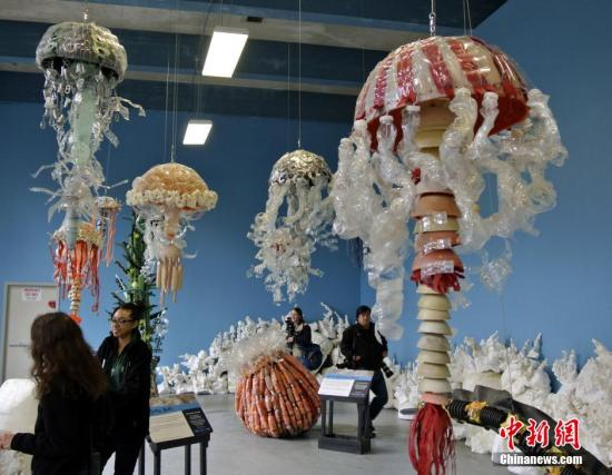 当地时间5月23日,美国旧金山动物园,艺术教育家安吉拉·阿塞尔蒂娜·波奇用塑料袋、塑料瓶等海洋垃圾制成鲸鱼骨架,呼吁民众珍爱海洋生物,保护海洋环境。a target='_blank' href='http://www.chinanews.com/'中新社/a发 刘丹 摄