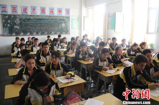 资料图:2014年5月27日,喀什市第一中学学生在上课,他们已全部享受国家免学费、免教材费、免住宿费的资助政策,当地高中升学率明显提高。朱景朝 摄