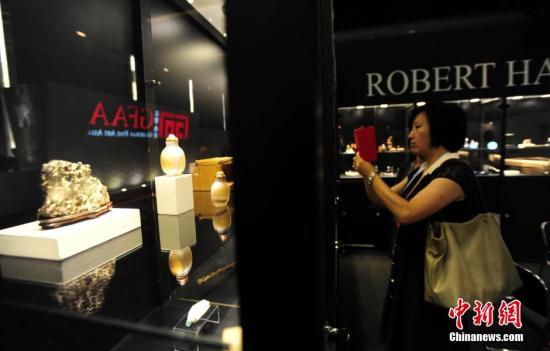 """5月29日,观众在首届""""嘉德・典亚""""(GFAA Guardian Fine Art Asia)文化艺术设计展上观展。该展在第三届中国(北京)国际服务贸易交易会(京交会)上正式亮相,吸引了近20家国际艺廊的参与。本届""""嘉德・典亚""""是由北京嘉德艺术中心与香港典亚艺博联合推出的高端世界收藏品展览,旨在为艺术爱好者及藏家提供近距离鉴赏世界艺术瑰宝、了解世界艺术前沿动态的绝佳机会。<a target='_blank' href='http://www.chinanews.com/'>中新社</a>发 杨可佳 摄"""