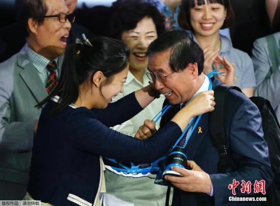 当地时间2014年6月5日,韩国首尔,现任首尔市市长、韩国最大在野党新政治民主联合候选人朴元淳在选举中获胜成功连任,击败对手执政党新世界党候选人郑梦准