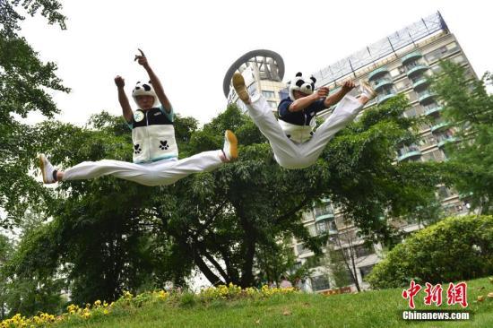 """成都""""功夫熊猫""""环境日呼吁环保"""