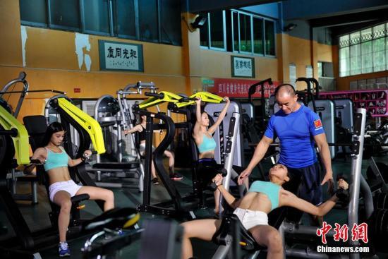 有氧与无氧之间,并不是完全隔离的。(图为国家女子健身集训队在训练?#23567;?#23433;源 摄)