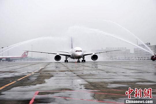 图为美联航8号航班波音787-8梦幻客机从成都双流国际机场起飞时受到民航界最高礼遇。<a target='_blank' href='http://www.chinanews.com/'>中新社</a>发 安源 摄