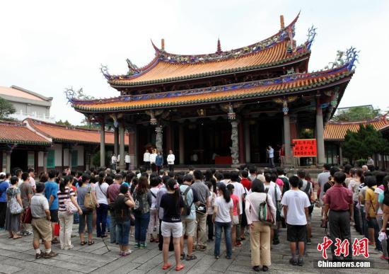 资料图:台湾考试季来临,考生与家长在台北孔庙祈福。中新社发 陈小愿 摄