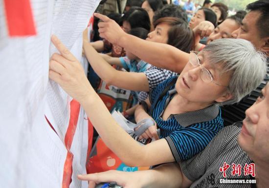 """资料图:""""小升初""""派位,家长学生看榜心切。中新社发 姚俊 摄 图片来源:CNSPHOTO"""