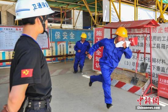 资料图:昆明一地产项目处举办场应对突发性建设工程领域安全生产及消防应急演练。<a target='_blank' href='http://www.chinanews.com/'>中新社</a>发 任东 摄