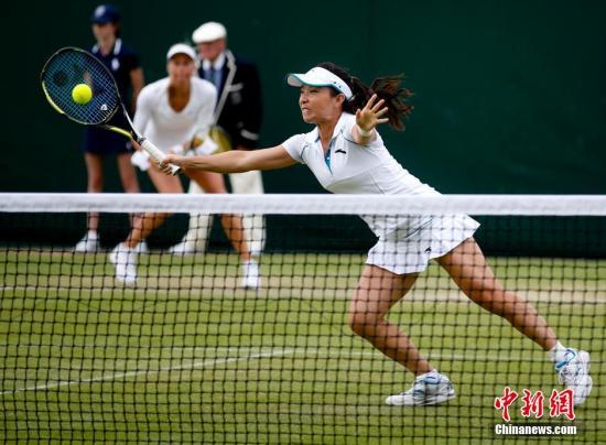 当地时间6月26日,在英国伦敦举行的2014年温布尔登网球锦标赛进入了第四个比赛日。在女双首轮较量中,9号种子郑洁/赫拉瓦科娃经过激战后以两个7-5艰难淘汰郑赛赛/勒普琴科,取得开门红。中新社发 杜洋 摄