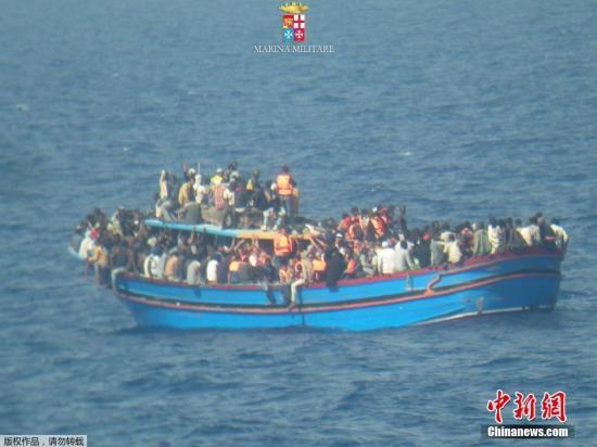 当地时间2014年6月30日,据海军和海岸警卫队的消息称,一艘移民船在西西里岛和北非海岸之间的海域被救起,救援人员还发现了大约30具遗体。这艘移民船载有近600名移民和难民。