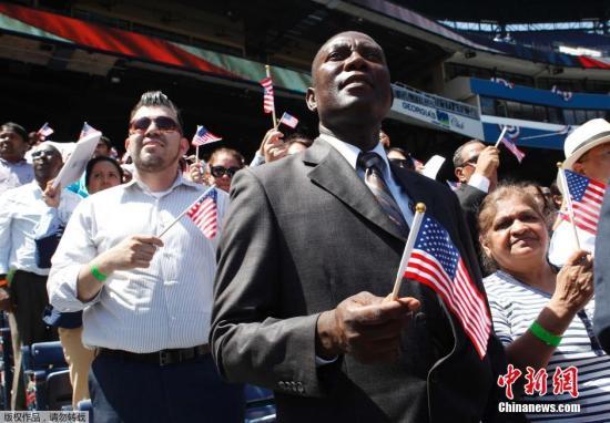 资料图:2014年7月2日,美国亚特兰大,1000多名移民集体参加宣誓入籍仪式成为公民,庆祝独立日到来。