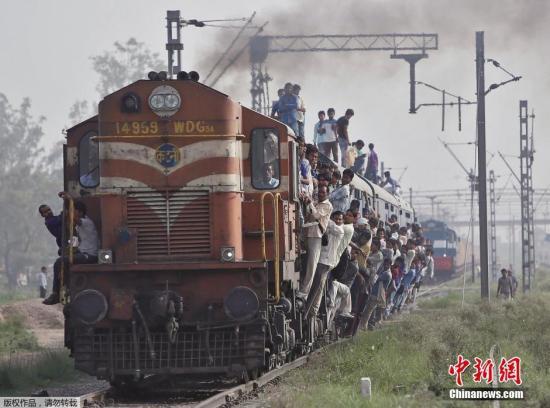 图为印度超载的列车。