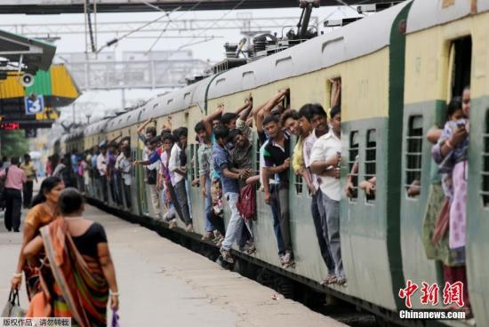 图为超载的印度列车。