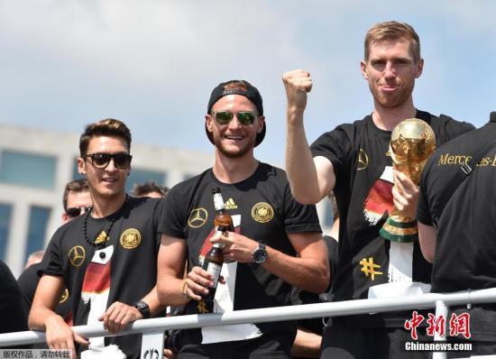 资料图:2014巴西世界杯夺冠队――德国队携大力神杯凯旋归国