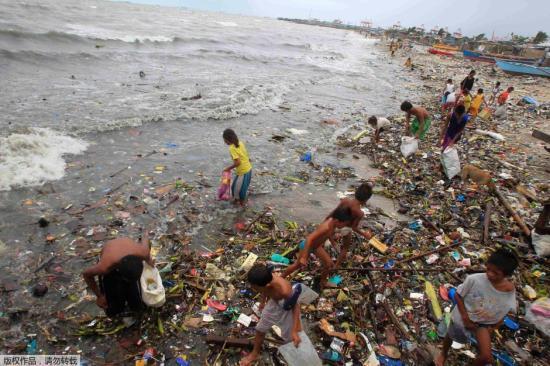 """7月17日电 据外媒报道,当地时间16日,强台风""""威马逊""""袭击菲律宾。台风造成菲律宾首都马尼及周边地区大量房屋被毁,并造成断电。目前,已有至少38人在此次风灾中丧生。图为台风过后图为台风过后海面一片狼藉。"""