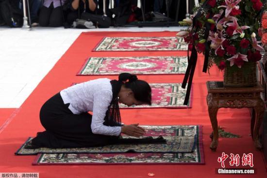 本地时刻2014年7月19日,缅甸仰光,昂山素季向父亲昂山将军的坟墓叩拜,吊唁其67年前被刺杀。