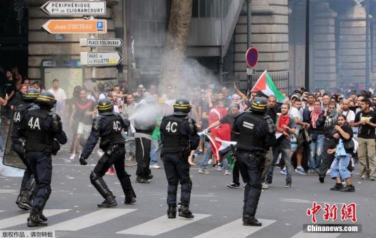 当地时间2018-08-20,法国巴黎,当地举行声援巴勒斯坦的游行示威活动。大批巴勒斯坦的支持者在申请未获当局批准的情况下仍然走上街头。示威人群在遭到警方的阻拦后投掷石块和燃烧瓶,警察则发射催泪弹进行还击。冲突一直持续到当天傍晚,警方逮捕了四十多名诉诸暴力的的抗议者。至少有3名警员在冲突中受伤,一批停放在街边的汽车被焚毁。