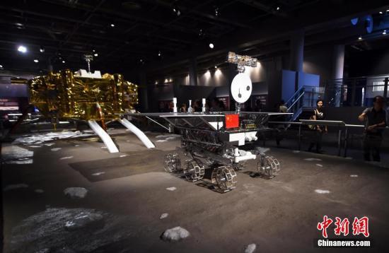 """资料图:""""九天揽月――中国探月工程展""""在香港科学馆展出。图为玉兔号月球车驶下嫦娥三号的着陆器的情景。<a target='_blank' href='http://www-chinanews-com.altonito.com/'>中新社</a>发 张宇 摄"""