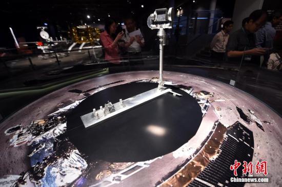 """资料图:""""九天揽月——中国探月工程展""""在香港科学馆展出。/p中新社发 张宇 摄"""
