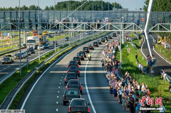 马政府:两周内搜集MH17所有残骸移送荷兰