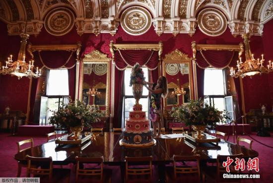 """当地时间2014年7月24日,英国伦敦,英国""""王室童年展""""在白金汉宫举行,展出的是英国王室成员的童年玩具、家庭礼物以及其他小饰物,时间跨度为250多年。"""