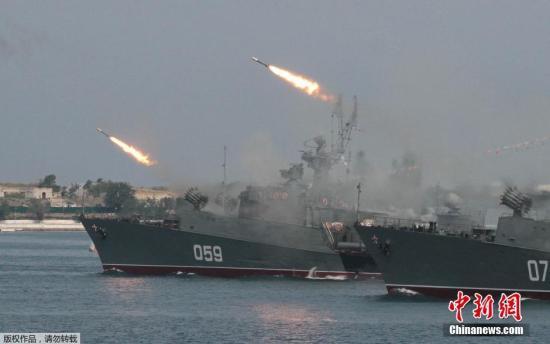 当地时间7月25日,塞瓦斯托波尔克里米亚港口,俄罗斯黑海㘟举行海军日阅兵彩排。