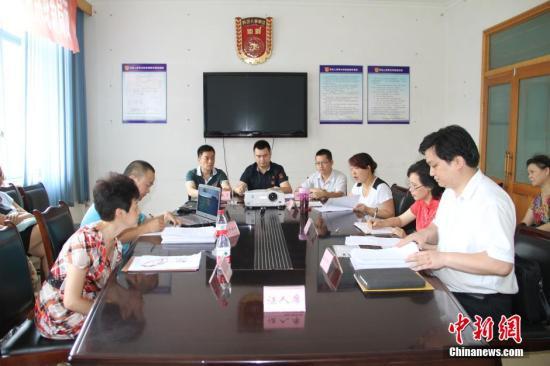 资料图:四川绵阳市涪城区劳动人事争议仲裁委员会在审理劳动人事争议仲裁案。杨超 摄