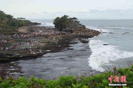 男子在巴厘岛悬崖边自拍 不慎坠入海中身亡