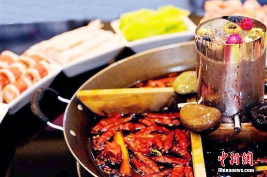 少食高油辛辣刺激性食物。资料图:麻辣火锅。周嘉 摄