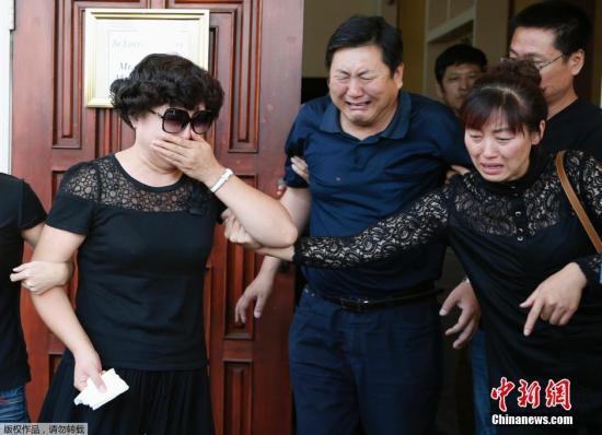 资料图片:纪欣然的父母看到儿子遗体之后,痛哭流涕。