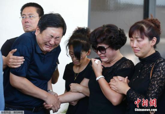 当地时间2014年7月31日,美国加州阿罕布拉,在南加州大学遇袭身亡的中国留学生纪欣然的父母在停尸房看儿子遗体之后,痛哭流涕。涉嫌袭击纪欣然的4名青年被指控一级谋杀的罪名。