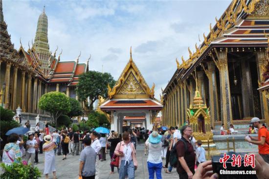 资料图片:泰国曼谷大皇宫内玉佛寺游人如织。