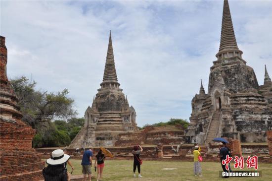 图为泰国大城府一处遗址里游人在参观。中新社发 王雪 摄