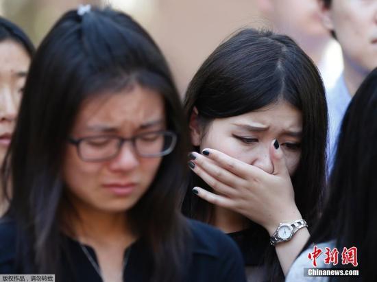 资料图:当地时间2014年8月1日,美国加州,南加州大学学生悼念遇袭身亡的中国留学生纪欣然。