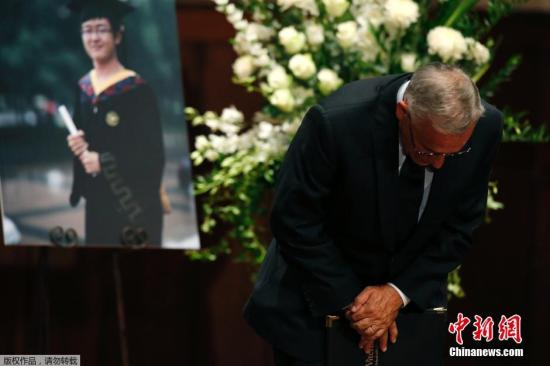 当地时间2014年8月1日,美国加州,南加州大学学生悼念遇袭身亡的中国留学生纪欣然。