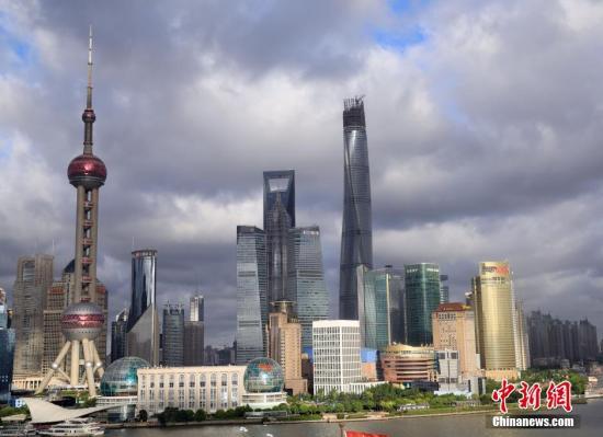 """历时近6年,上海在建最高楼――上海中心大厦3日于此间完成最顶端的塔冠结构,成功攀上632米高度,刷新了沪上天际线。潘索菲 摄2008年底在全球金融海啸背景下开工的上海中心大厦总高度比著名的台北""""101大楼""""(508米)还要高出约四分之一,地处上海浦东陆家嘴""""金融城""""。建设方上海建工机施集团方面介绍,上海中心大厦塔冠结构位于118层至137层,高度为546米至632米,包含塔楼观光层、机电设备层等4个建筑功能区。资料显示,2013年4月,上海中心大厦经4年多建设后就已突破500米,高度超过同处上海浦东陆家嘴区域另两座摩天高楼――420.5米的金茂大厦和492米的环球金融中心,成为""""上海第一高..."""