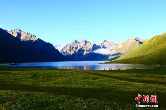 资料图:夏日的四川省阿坝州景色。何清海 摄