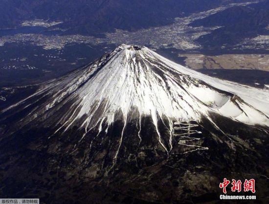 当地时间8月6日报道,一名英国摄影师日前在日本拍下富士山的震撼照片,在清晨日出时分,富士山投下长达15英里(约24公里)的巨大阴影。来自英国肯特郡的摄影师布尔曼(Kris Boorman)在日本旅游时,在清晨5点左右日出时分,站在富士山山顶,拍下了这一组震撼照片。