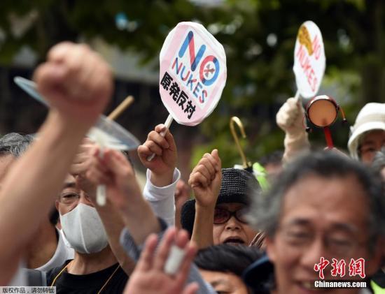 当地时间2014年8月8日,日本福岛,民众示威游行抗议东京电力公司将污水排到大海。作为福岛第一核电站核污水处理措施的一环,日本东京电力公司计划今后抽取遭受核污染的地下水,对其进行净化处理后再排入大海。东电公司就这一计划首次向福岛县的渔业人士进行了说明。据悉,对于东电公司的介绍,渔业人士纷纷提出质疑和不满,他们担心这一措施会进一步引起人们的臆测从而影响当地的渔业销量。