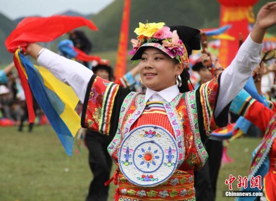 材料图:锅庄舞参赛队展现灿艳的躲平易近族衣饰。北如卓玛 摄