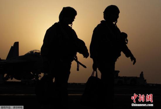 """當地時間2014年8月10日,美軍出動戰機和無人機,對伊拉克境內""""伊拉克和黎凡特伊斯蘭國""""(ISIS)武裝進行四次空襲,數萬名雅茲迪族難民逃往敘利亞。"""