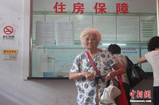 8月11日,河南郑州市首批公共租赁住房向社会公开轮候供应首日,在中原区房产管理局选房现场,符合条件的市民满怀期待,候选房。选到理想住房的市民称,再久的等待都是幸福,而也有选过房源的市民因房子离市区太远而苦恼。同时,那些未选到住房的市民渴望着下一批房源的迅速到来,以解决住房问题。本次郑州市首批供应的公共租赁住房共2517套,17个项目,房源分布于中原区、二七区等6区。马义恒 摄