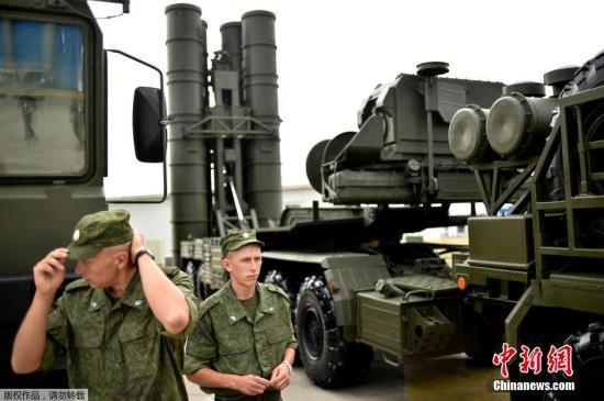 """图为俄罗斯士兵在S-400""""凯旋""""防空导弹系统前。"""