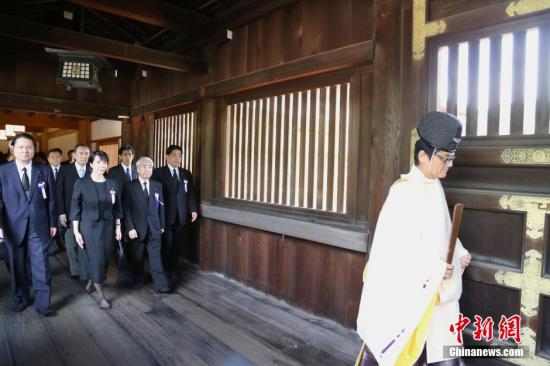 """日本二战战败投降69周年,供奉有14名二战甲级战犯的靖国神社再度成为外间关注焦点。图为8月15日当天,日本超党派议员组织""""大家一起来参拜靖国神社国会议员之会""""成员,再度""""扎堆""""参拜靖国神社。据该会发布的数字,当天其来参拜的议员总数约为80人。 高越 摄"""