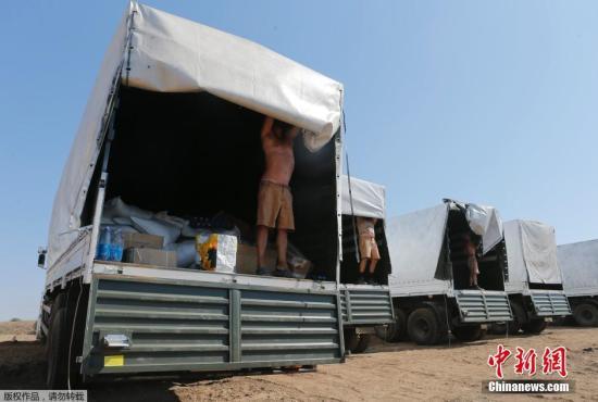 外媒:第一辆俄援乌人道救助卡车进入乌克兰