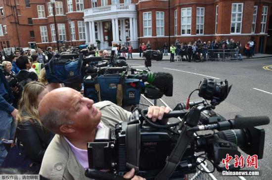 """""""维基解密""""网站创始人阿桑奇当地时间18日召开新闻发布会时表示,确认自己将于不久后离开厄瓜多尔驻英国使馆,但他并未提及具体离开的时间及更多细节。阿桑奇表示,自己的健康状况4年来不断恶化,他希望英国当局不再对其进行通缉,让他重获自由。图为媒体记者的长枪短炮对准厄瓜多尔驻英国使馆。"""