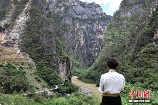 出生在云南香格里拉县巴拉村的斯那定珠,从小生活在一个与现代社会脱节的贫困山村。/p中新社发 任东 摄