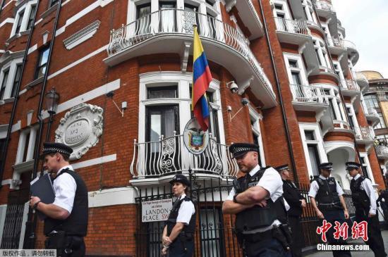 """""""维基解密""""网站创始人阿桑奇当地时间18日召开新闻发布会时表示,确认自己将于不久后离开厄瓜多尔驻英国使馆,但他并未提及具体离开的时间及更多细节。阿桑奇表示,自己的健康状况4年来不断恶化,他希望英国当局不再对其进行通缉,让他重获自由。图为厄瓜多尔驻英国使馆外警察云集。"""